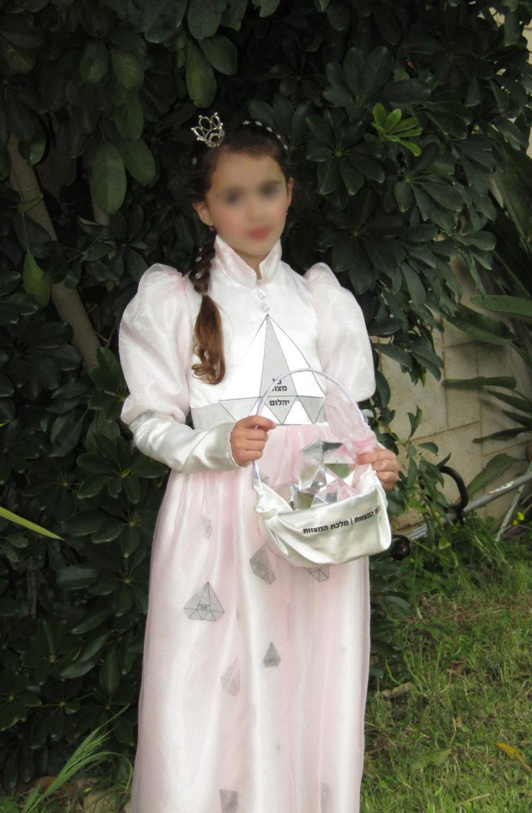 """תחפושת """"מלכת המצוות"""" מאת רחל"""